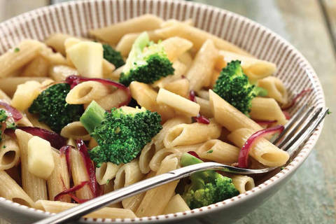 Penne ai broccoli, cipolla rossa e Red Delicious